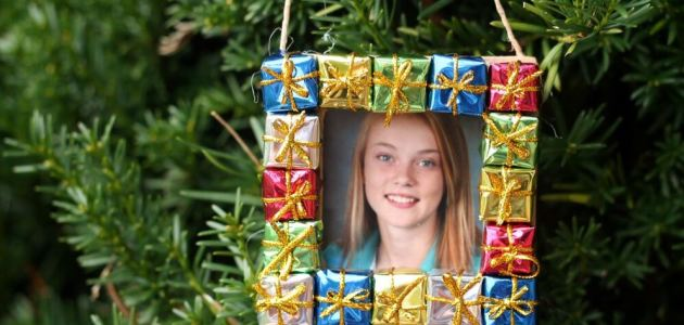 Photo Frame Ornament. Use mini present craft supplies and make a fun christmas ornament anyone will love!
