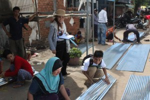 USO and interns were helping beneficiaries to tie zinc to their houses