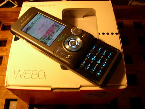 ny-sony-ericsson-mobil-telefon-til-småpenge
