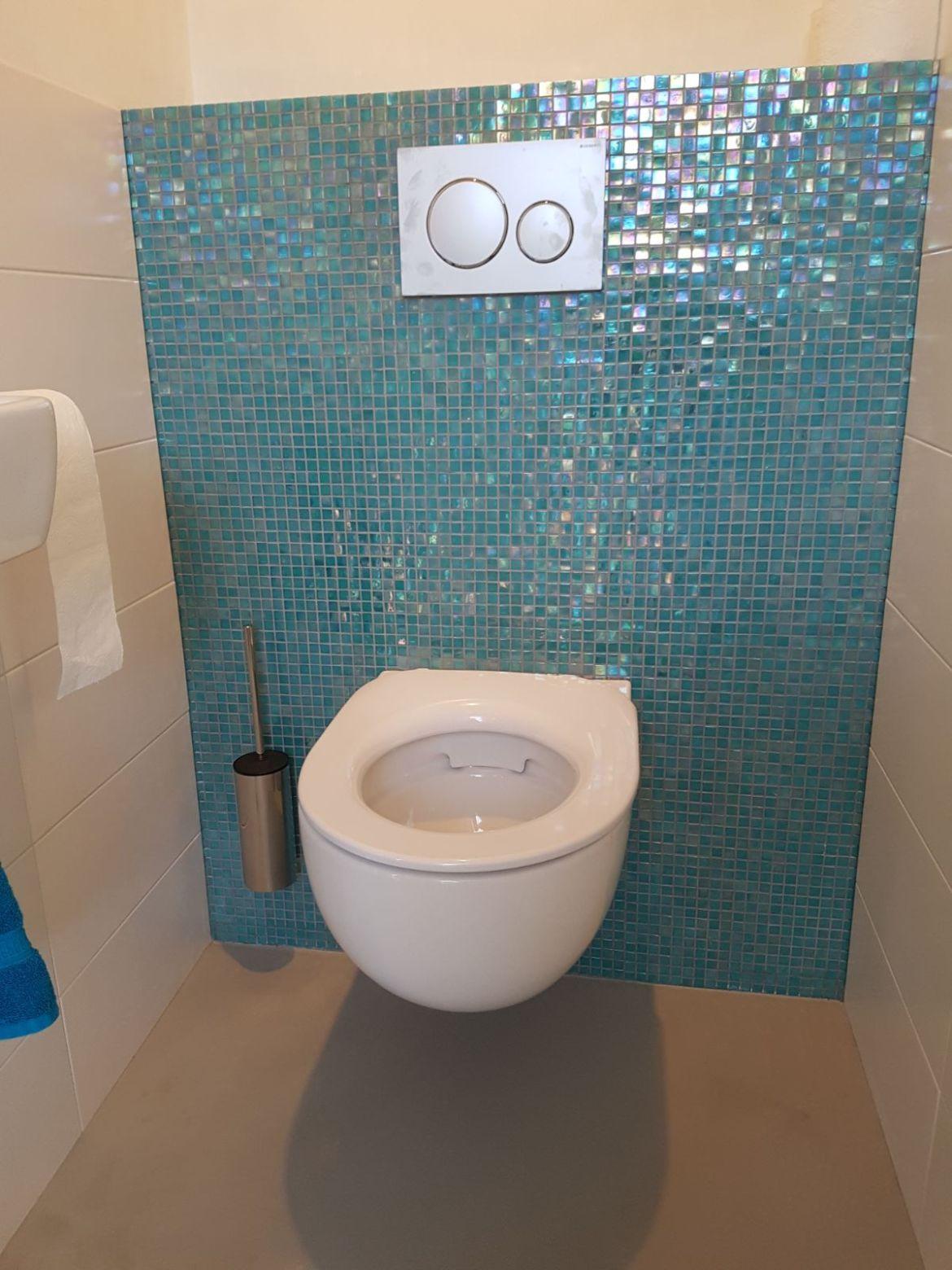 Mozaiek in Toilet met gietvloer grijs