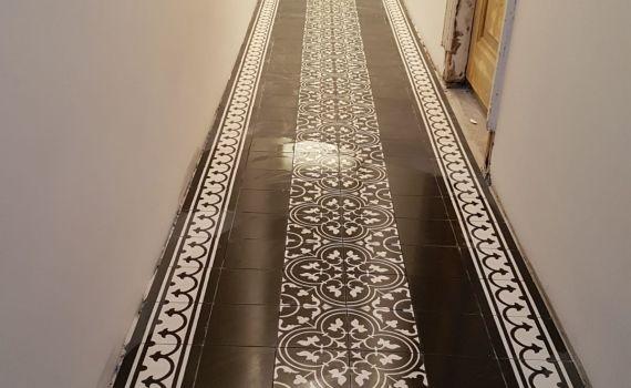 Portugese tegels met patroon en rand zwart wit in hal