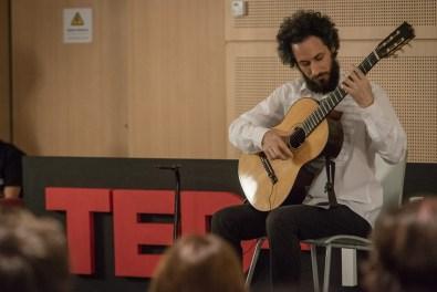 El músico pinamarense Mariano Gil en plena interpretación de una de sus propias producciones. (Fotos Diego Medina)