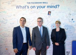 German Interior Minister Thomas de Maiziere (C), Eva- Maria Kirschsieper, Facebook head of public policy D-A-CH (R) and Martin Ott, Facebook managing director central Europe, pose during a vistit at the Facebook office in Berlin, Germany August 29, 2016. REUTERS/Stefanie Loos