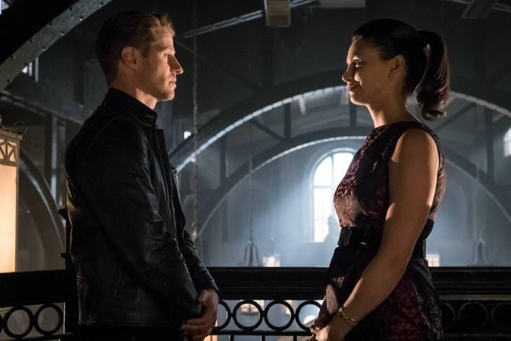 GOTHAM: L-R: Benjamin McKenzie and Morena Baccarin in theÒMad City: Anything For YouÓ episode of GOTHAM airing Monday, Oct. 17 (8:00-9:01 PM ET/PT) on FOX. ©2016 Fox Broadcasting Co. Cr: Jeff Neumann/FOX.