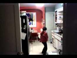 台所で皿洗いをしてる息子を隠し撮りするとマイケル・ジャクソンになっていた!