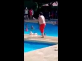 南国のプールで、超ラテン系なソウルをもった少年が踊りまくる動画が話題に