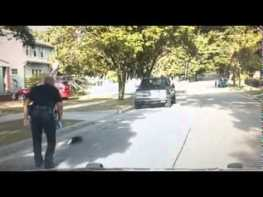 ヨーグルトのカップが頭にハマったスカンクを助けた警察官が話題に