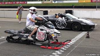 スノーモービルとフェラーリどっちが早いと思う?2台のドラッグレース動画