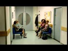 待合室で大声でスマホで話す女性に隣の女性がとった行動にスッキリ★