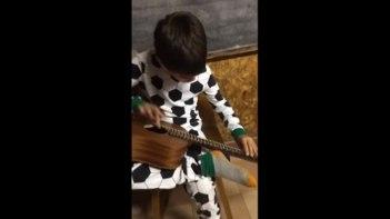 ギターの構え方も分からない…そんな全盲の少年の奏でるギターと歌声に心洗われる