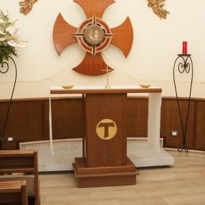 Altare_chiesa_con_Tau