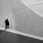 1人で広場を歩く