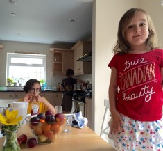 Yes, she's a US kid wearing a Canadian shirt in the UK.