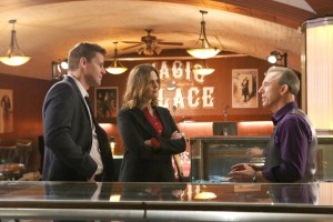 "BONES:  L-R:  David Boreanaz, Emily Deschanel and guest star Jay Thomas in the ""The Promise in the Palace"" episode of BONES airing Thursday, Nov. 12 (8:00-9:00 PM ET/PT) on FOX.  ©2015 Fox Broadcasting Co.  Cr:  Kevin Estrada/FOX"