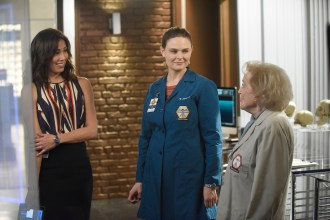 "BONES: L-R: Michaela Conlin, Emily Deschanel and Betty White in the ""The Carpals in the Coy-Wolves"" episode of BONES airing Thursday, Oct. 22 (8:00-9:00 PM ET/PT) on FOX. ©2015 Fox Broadcasting Co. Cr:"