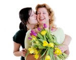 mom-daughter-flowers