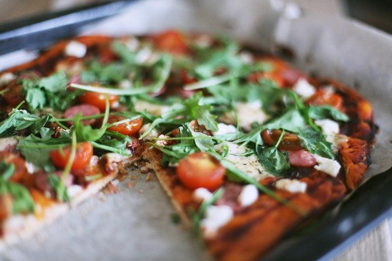 Готовим вместе: пицца с черри и рукколой