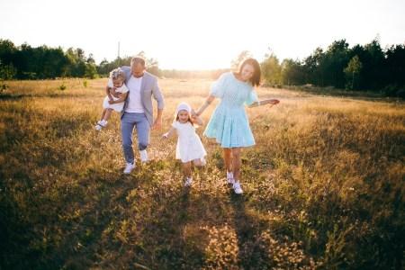 Двое взрослых, не считая детей и собаки: семейная съемка
