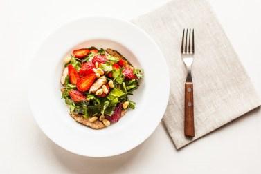 Dieticheskij-salat-s-kurinym-file-i-klubnikoj