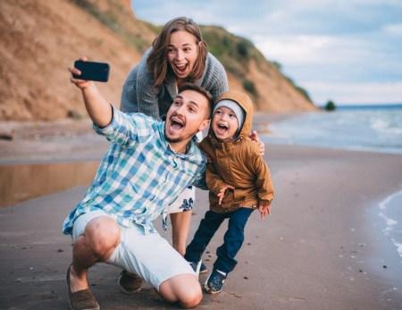 На морском берегу: семейная прогулка