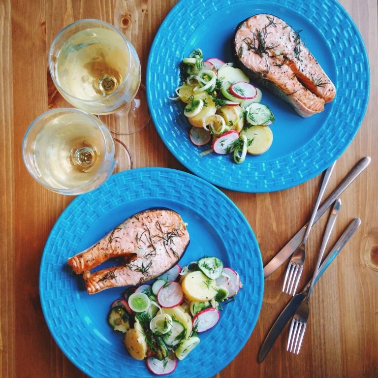 Быстрые рецепты от Вероники: стейки лосося с салатом из молодых овощей