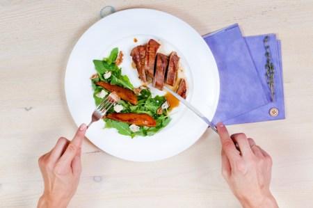 Запечённое филе утки с салатом с грушами и голубым сыром