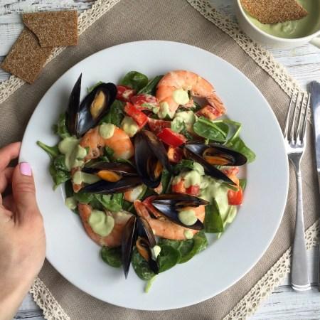 Салат с морепродуктами и соусом из авокадо