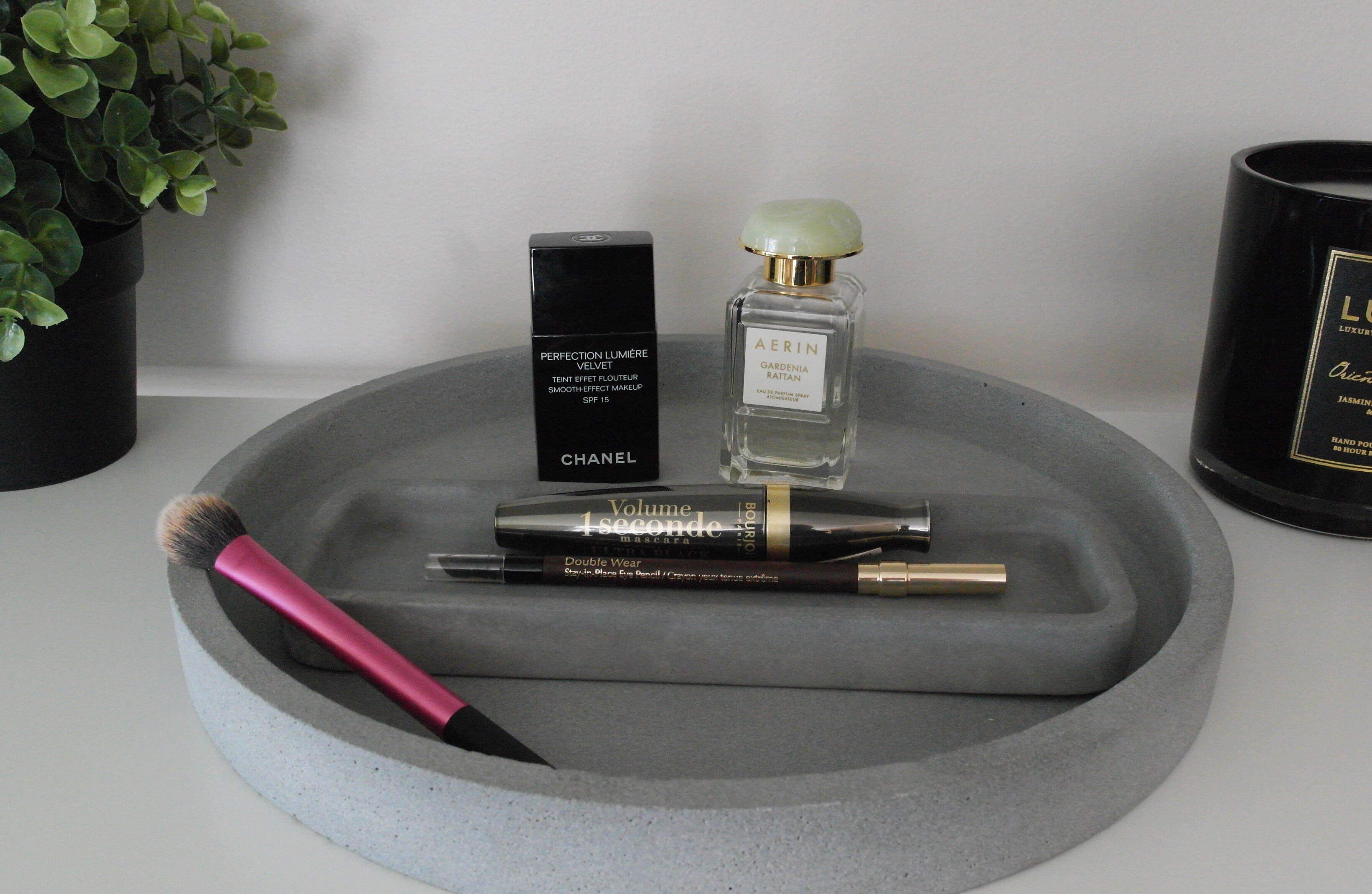 Chanel Perfection Lumiere Velvet, Aerin Gardenia Rattan, Bourjois 1 Second Volume Mascara, Estée Lauder Double Wear Eyeliner, Real Techniques Setting Brush