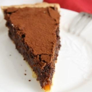 Crostata al cioccolato, caramello salato e nocciole