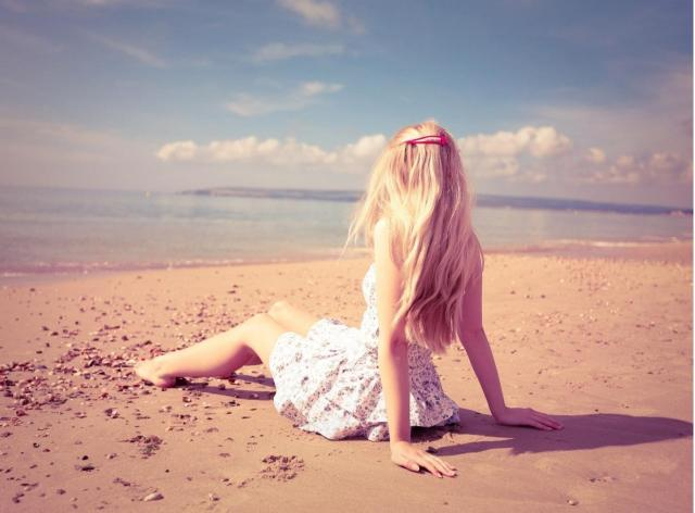 blonde_girl_on_the_beach-wallpaper-1280x960