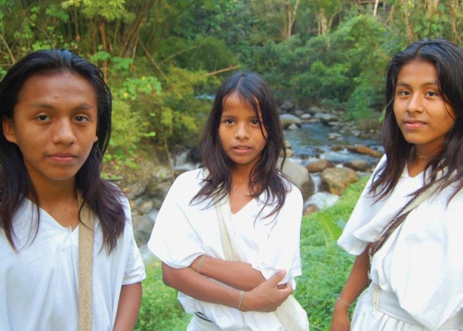 Image of three young arhuacos in the Sierra.