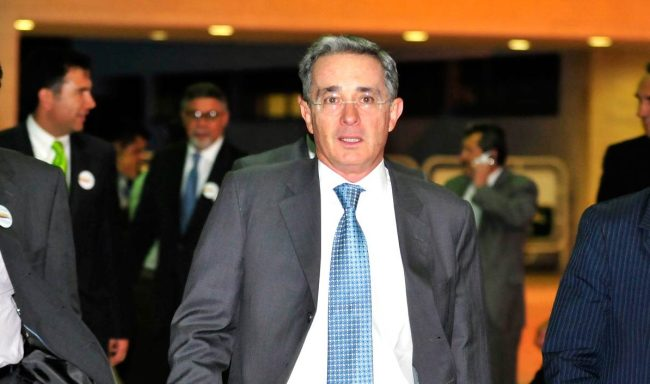 Former President Alvaro Uribe hasn't definitely said 'yes' or 'no' to a dialogue with FARC commander alias 'Timochenko'