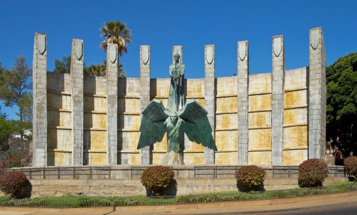 foto-1-juan-de-avalos-monumento-a-su-excelencia-el-jefe-del-estado-1966-bronce-hierro-y-piedra-santa-cruz-de-tenerife-islas-canarias-fuente-wikipedia-org