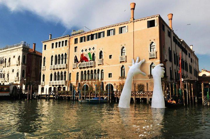 Lorenzo Quinn, Support, 2017. Bienal de Venecia, del 13 de mayo al 26 de noviembre. Fuente lorenzoquinn.com