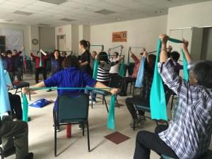 Foto von Senioren trainieren für Arthritis und anderen Erkrankungen