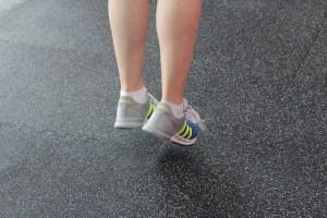 ภาพของการออกกำลังกายขาง่ายป้องกันภาวะแทรกซ้อนของโรคเบาหวาน