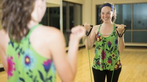照片上行使的女性 - 人们应由临床医生劝告体育健身活动