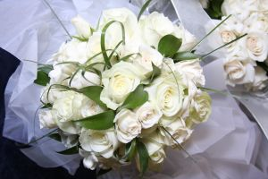 1233585_white_roses_bouquet