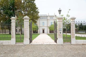 Bottega-Veneta-Villa-Entrance