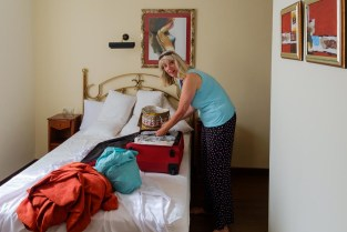 In hotel El Panorama op weg naar Ribadesella naar een hotel met een panoramakamer. Packing the suitcase once more in our room in hotel El Panorama in Tapia on our way to our hotel in Ribadesella with a panorama room!