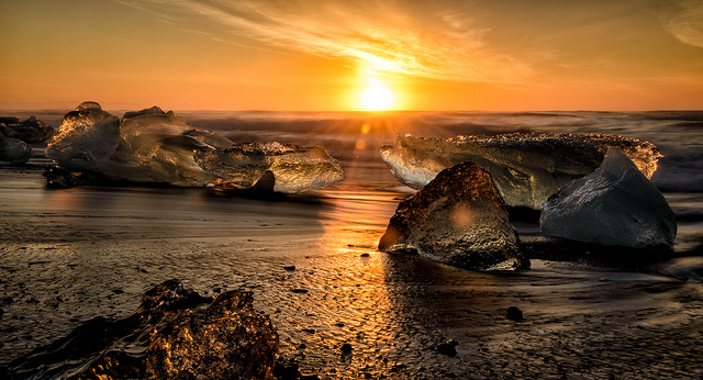 Sunrise over washed up icebergs at the black sand beach Breiðamerkursandur in Iceland. Photo credit: Ade Russell/ Flickr