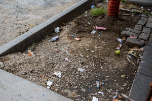 Litter on the ground at the construction site. Photo by Aria Hangyu Chen / The Ink