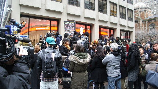 Image by Bianca Holman. 'Anti-anti-Beyoncé' protesters overwhelm the 'Anti-Beyoncé' in front of the NFL's Manhattan headquarters at the Tuesday morning protest.