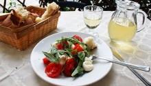 Un repas de Pouilles: Insalata Caprese fait de mozzarella et tomates.