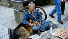 Un sans-abri et son chien sur la rue Granville. | Photo par aliphoto2007, Flickr