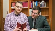 Justin O'Hearn, candidat à un doctorat en littérature victorienne et Gregory Mackie, assistant pédagogique à la faculté d'anglais de UBC.   Photo par Don Erhardt