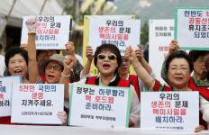 """South Korean activists shout slogans as they hold up banners reading, """"Government needs to prepare the Nuclear Road map for the nation,"""" during a Sept 12 protest in Seoul against North Korea's fifth nuclear test. (CNS photo/Jeon Heon-Kyun, EPA) See WASHINGTON-LETTER-NUCLEAR-TEST Sept. 29, 2016."""