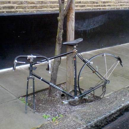 Bike with wheels stolen. Photo: Bixentro