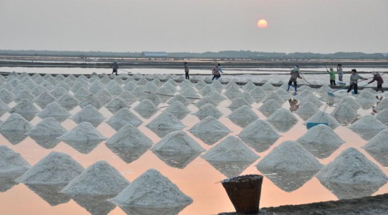 salt-pans-petchaburi-thailand-010