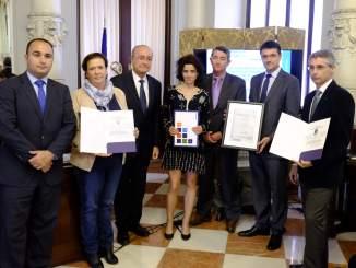 El alcalde de Málaga, Francisco de la Torre (tercero por la izqda.) y Mario Cortés, primer teniente de alcalde tomaron parte en la entrega del premio a la directora general del Palacio de Ferias y Congresos de Málaga, Yolanda de Aguilar (segunda por la izqda.)